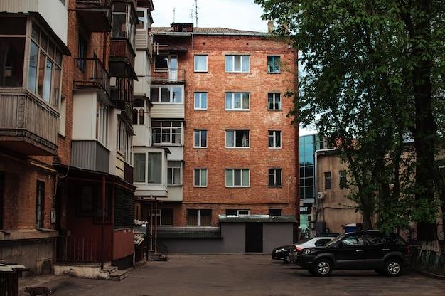 Vecchio condominio in mattoni con balconi