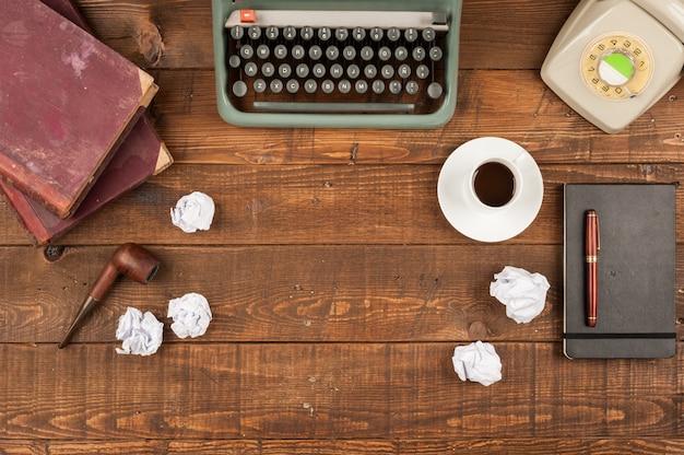 Vecchio desktop giornalista retrò con macchina da scrivere e telefono