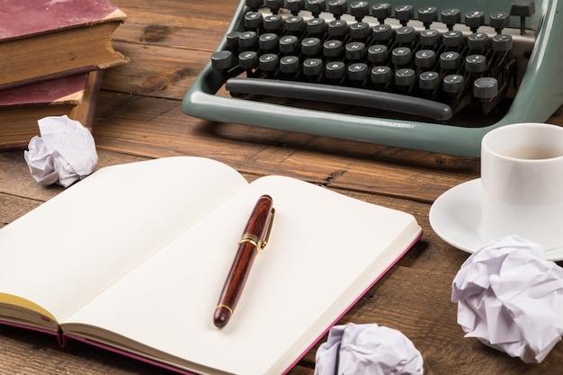 Vecchio desktop giornalista retrò con macchina da scrivere