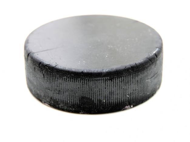 Vecchio disco da hockey nero isolato