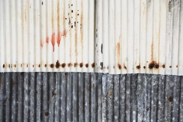 Vecchio e arrugginito danneggiato trama di ferro zincato.
