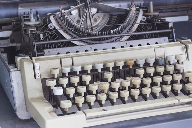 Vecchio e logoro macchina da scrivere