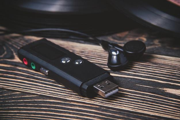 Vecchio e morden audio vario sul tavolo di legno