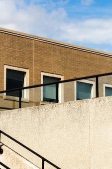 Vecchio edificio con finestre e ringhiera