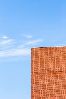 Vecchio edificio con mattoni arancione design