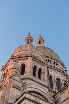 Vecchio edificio della cattedrale con torri