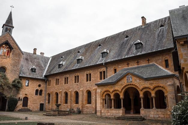 Vecchio edificio in cemento marrone