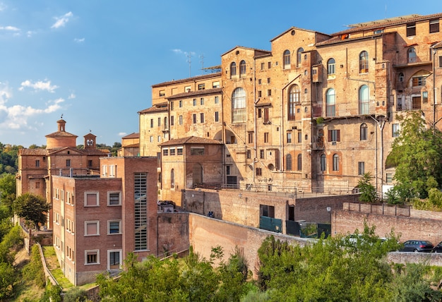 Vecchio edificio residenziale tipico medievale a firenze, italia,