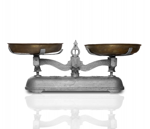 Vecchio equilibrio di metallo per pesare