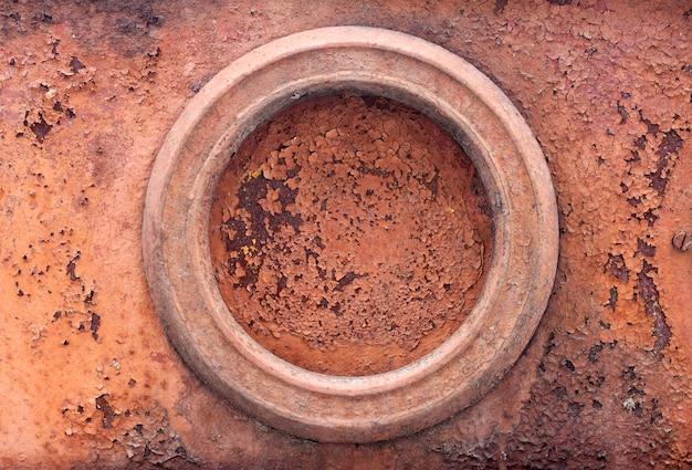 Vecchio fondo arrugginito del metallo con pittura incrinata ed elemento rotondo