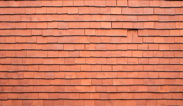 Vecchio fondo delle mattonelle di tetto di brown.