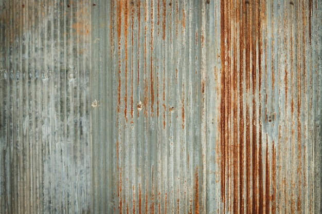 Vecchio fondo di struttura della parete dello zinco, arrugginito sul rivestimento galvanizzato del pannello del metallo.
