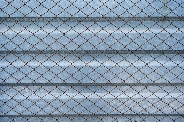 Vecchio fondo in alluminio zincato rivestito con griglia in rete metallica. struttura in metallo