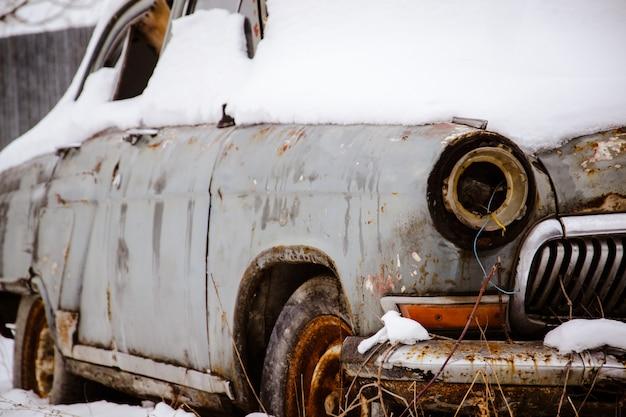 Vecchio giocattolo auto arrugginita