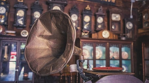 Vecchio grammofono con disco musicale