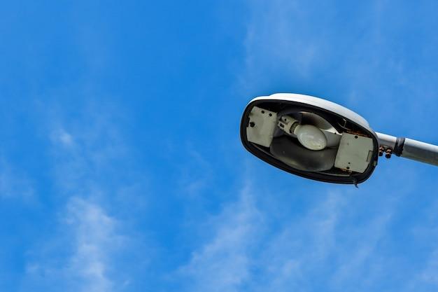 Vecchio lampione su sfondo blu cielo