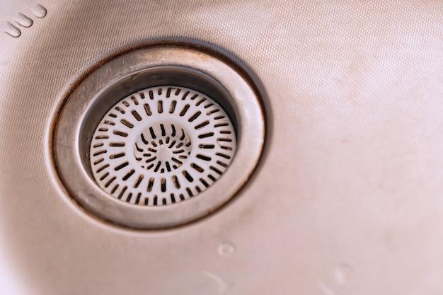 Vecchio lavandino sporco con scrubber all'interno
