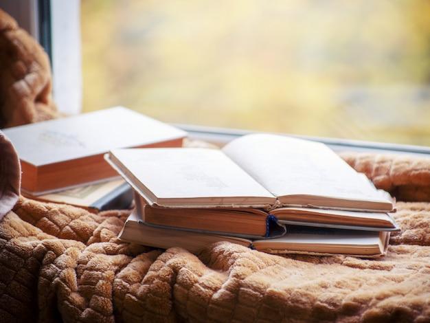 Vecchio libro aperto sul davanzale della finestra