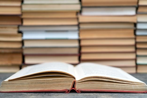 Vecchio libro in obnozhka rosso. simbolo di conoscenza e apprendimento.