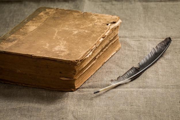 Vecchio libro vintage con pagine di ingiallimento invecchiato