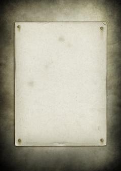 Vecchio manifesto in bianco inchiodato su una parete del grunge