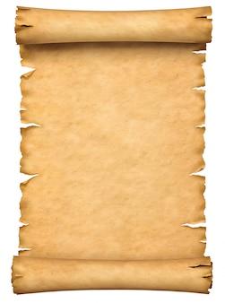 Vecchio manoscritto di carta o rotolo di papiro orientato verticalmente isolato su sfondo bianco.