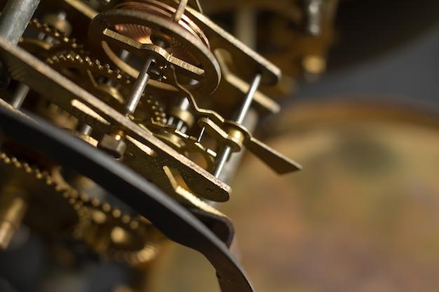 Vecchio meccanismo dell'orologio con ingranaggi e ingranaggi. messa a fuoco selettiva