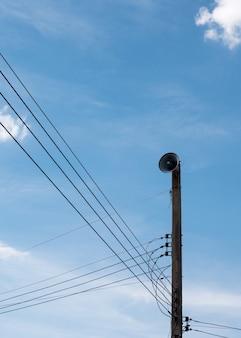 Vecchio megafono sul palo elettrico.