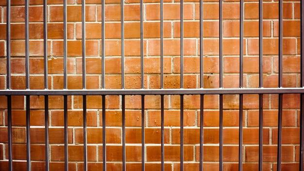 Vecchio metallo sul muro di mattoni