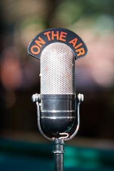 Vecchio microfono per podcast