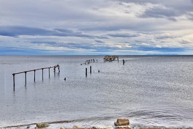 Vecchio molo nel porto di punta arenas, patagonia, cile