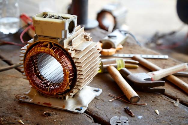 Vecchio motore elettrico smontato