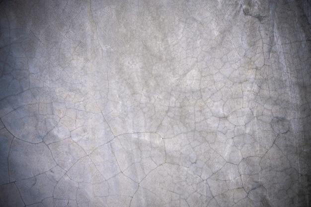 Vecchio muro di cemento con fratture.