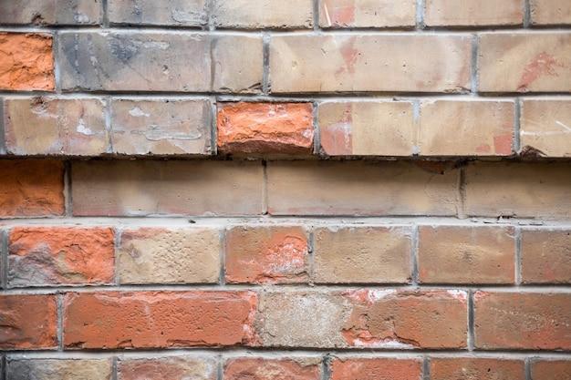 Vecchio muro di mattoni di una fabbrica. muro di mattoni arancione. muro di mattoni per lo sfondo