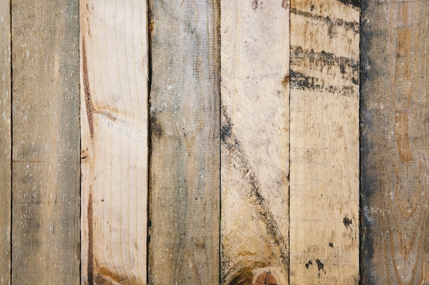 Vecchio pannello murale in legno graffiato e rustico