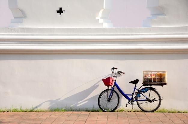 Vecchio parcheggio bici al muro antico sul sentiero