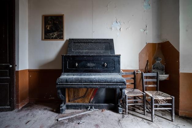 Vecchio pianoforte in una casa abbandonata