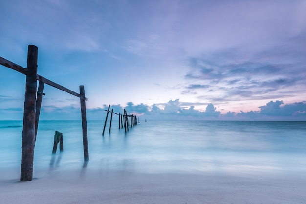 Vecchio ponte alla spiaggia di pilai, distretto di takua thung, phang nga, tailandia.