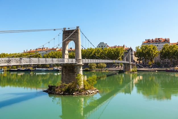 Vecchio ponte di passerelle du college sopra il fiume rodano a lione, francia