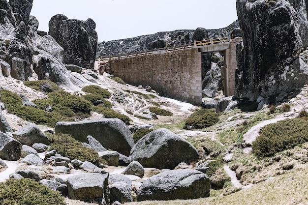 Vecchio ponte di pietra in montagna