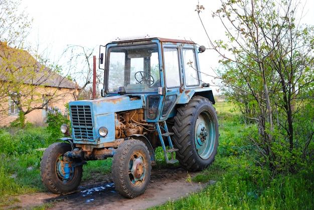 Vecchio potente trattore sovietico chiamato