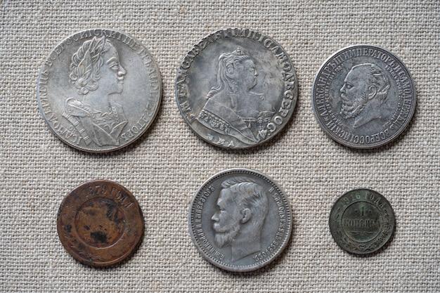 Vecchio primo piano di monete russe sul tavolo.