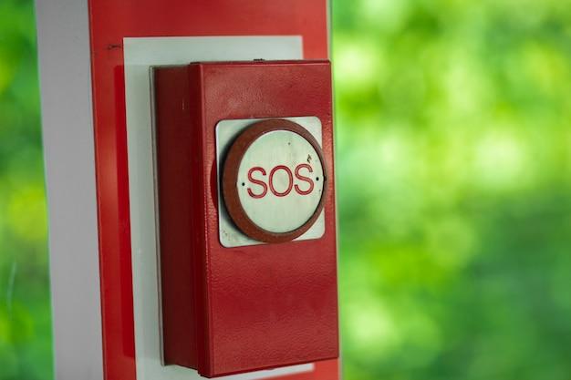 Vecchio pulsante rosso di emergenza sos