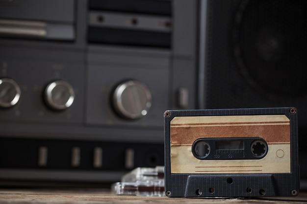 Vecchio registratore e cassetta sul tavolo di legno