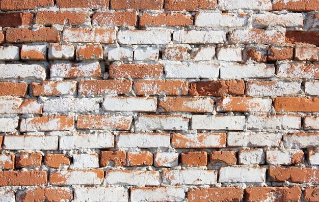 Vecchio rosso con incavi un muro di mattoni della casa una struttura