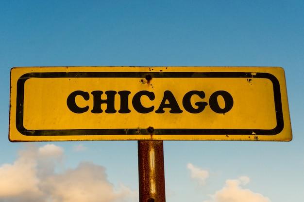 Vecchio segno giallo della città di chicago con cielo blu