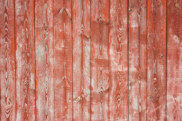 Vecchio sfondo in legno nastrato, con vernice rossa, vecchio sfondo graffiato