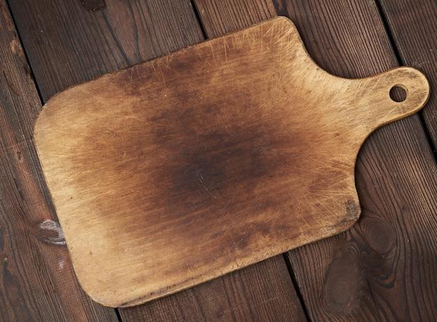 Vecchio tagliere rettangolare di legno vuoto
