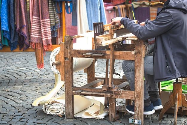 Vecchio telaio per tessitura in azione