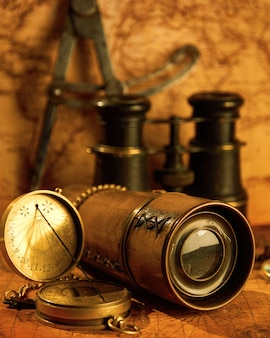 Vecchio telescopio con binocolo